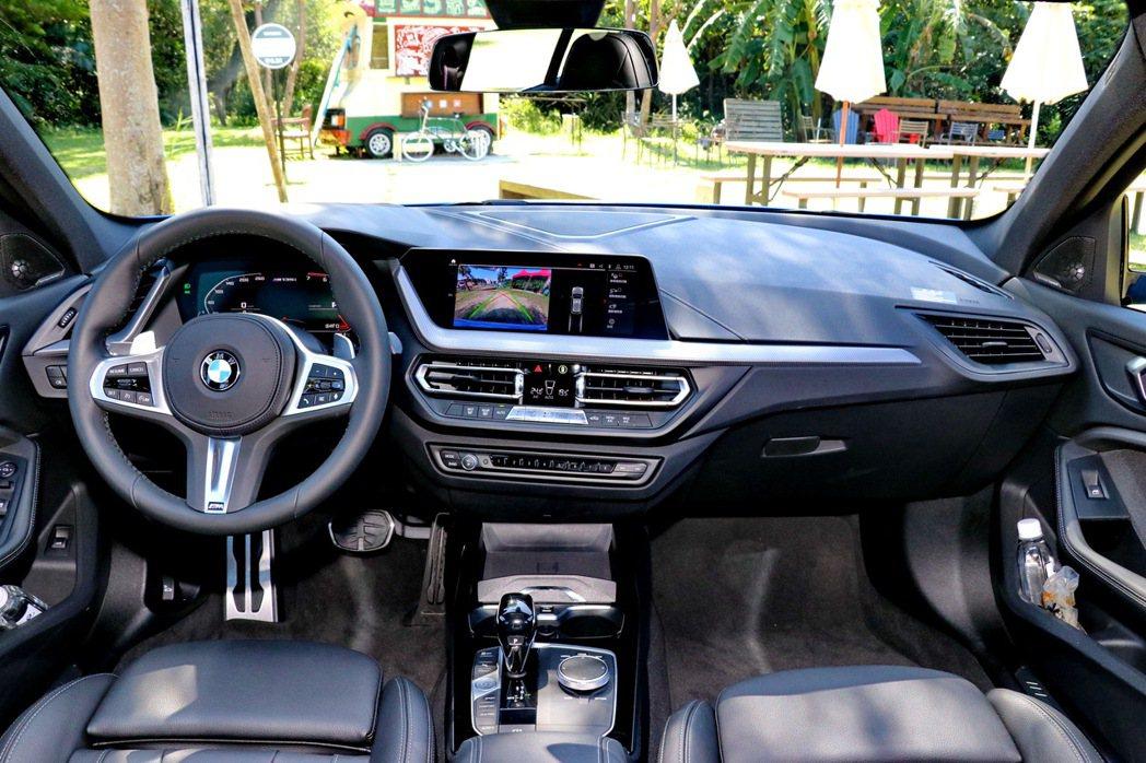 全新世代BMW 1系列導入家族最新的iDrive7.0全數位虛擬座艙。 記者陳威...