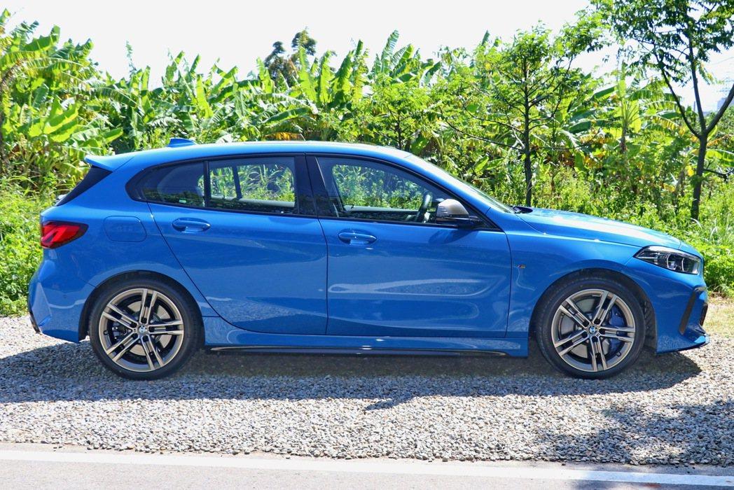 BMW M135i充滿跑格的運動外型。 記者陳威任/攝影