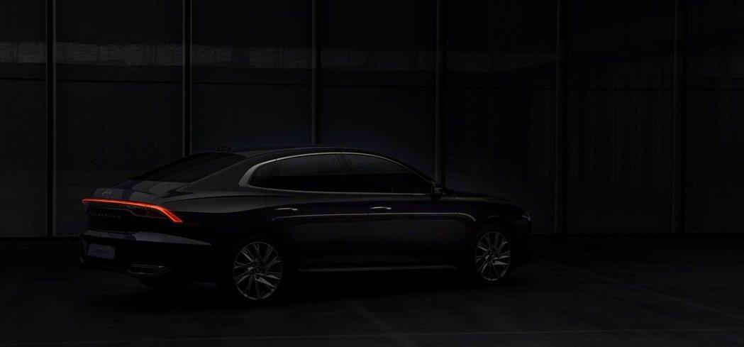 Hyundai Grandeur一體式尾燈仍存留於小改款車型中,不過整體造型變化...