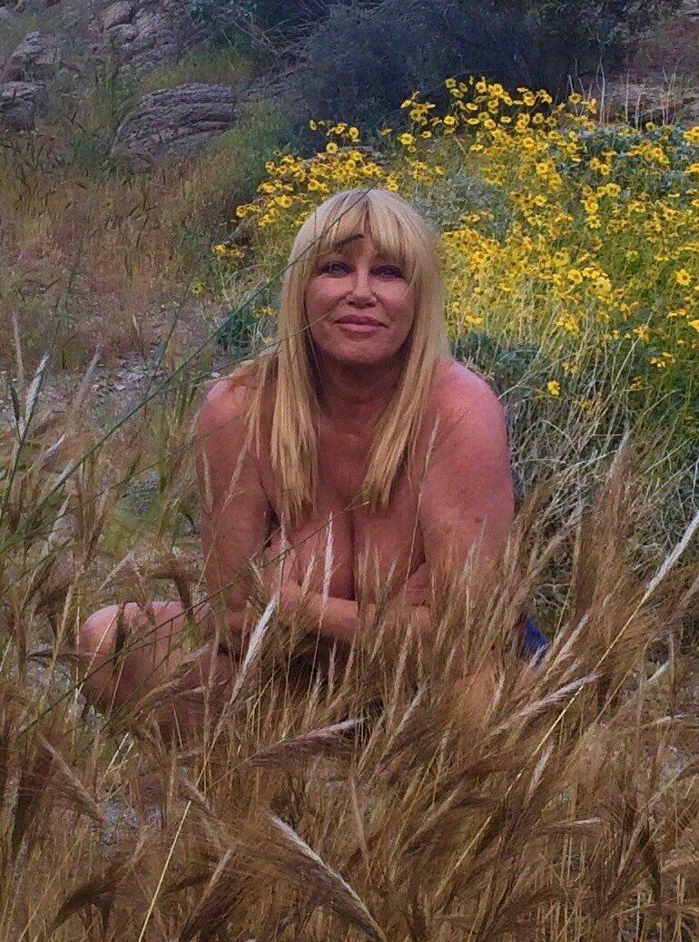 蘇珊桑瑪斯為了慶祝73歲生日發布裸照,引來兩極反應。圖/摘自twitter