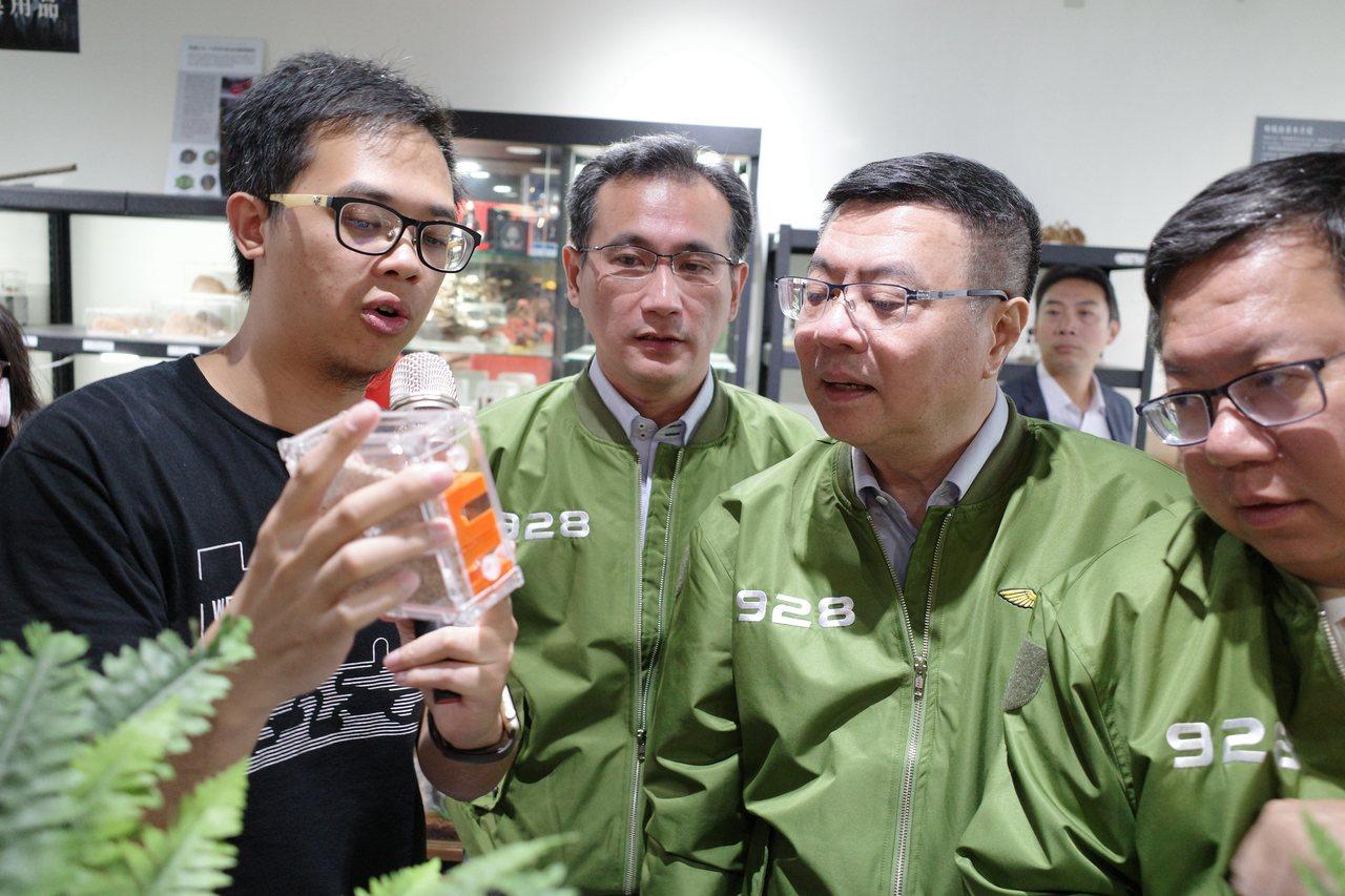 29歲王秉誠(左一)是全台第一個以螞蟻生態創業的青年,7年前成立「螞蟻帝國」,目...
