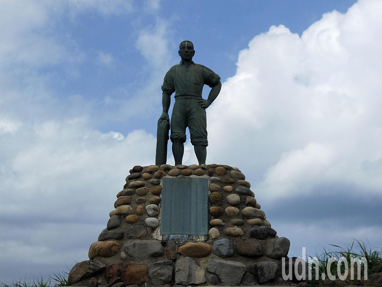 林添禎的雕像豎立在野柳地質公園內,在海邊訴說英勇的故事。記者游明煌/攝影