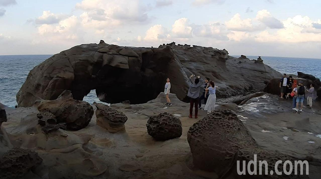 民眾涉險在象鼻岩攀爬拍照,險象環生。記者何祥裕╱攝影