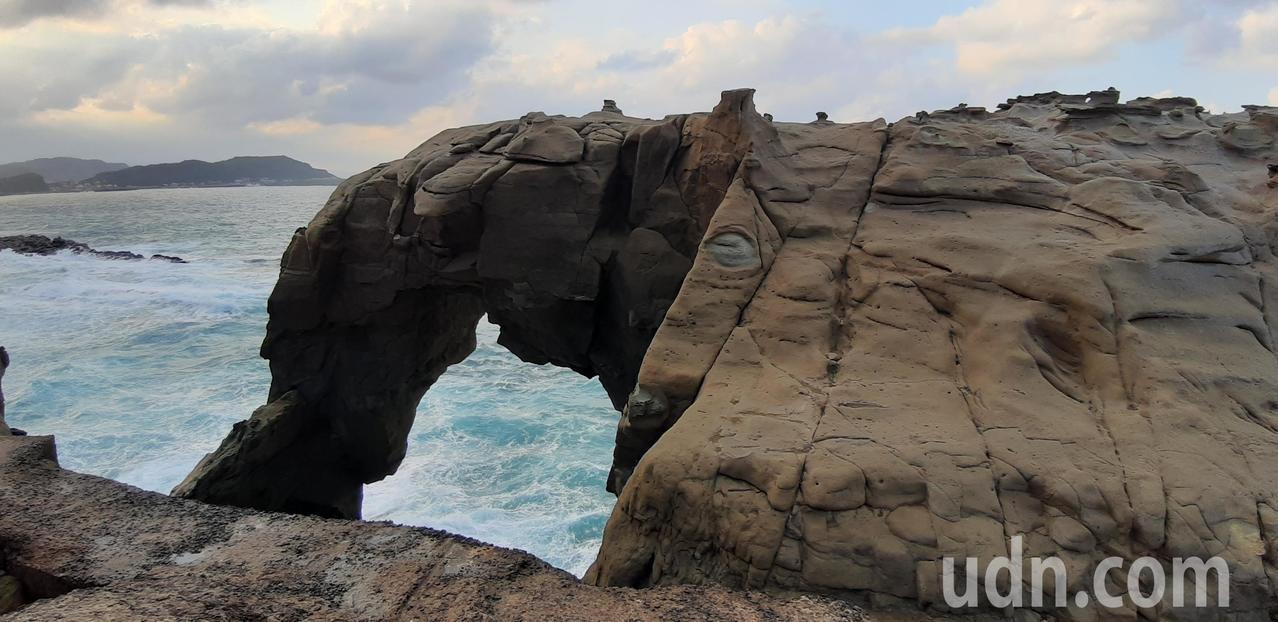 位於深澳漁港附近的象鼻岩,是近年來網美打卡爆紅景點,但缺乏有效管理,不僅危險而且...