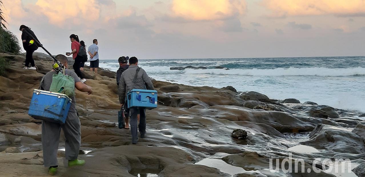 前往象鼻岩沒有道路,只能沿海灘邊緣走,由於浪常拍打上岩灘,造成地上濕滑容易跌倒。...