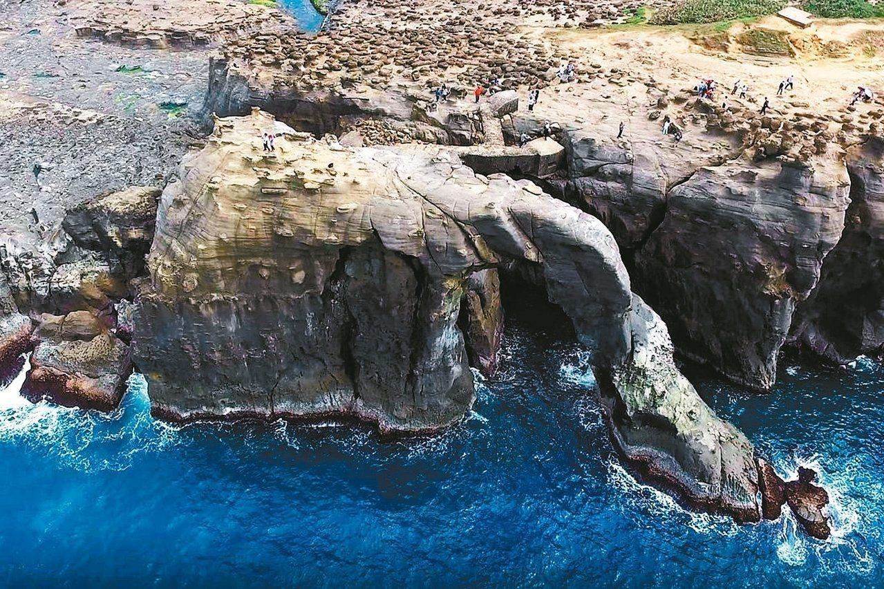 新北市瑞芳區深澳海岸的象鼻岩地形獨特,成為新興景點,基隆鳥會力促列為文化資產,取...