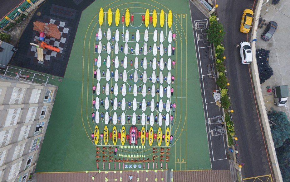 百艘獨木舟划進野柳國小操場開箱文,師生總動員。圖/王國昌會長提供