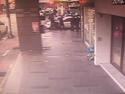 監視器拍下槍擊發生當時的畫面。記者巫鴻瑋/翻攝