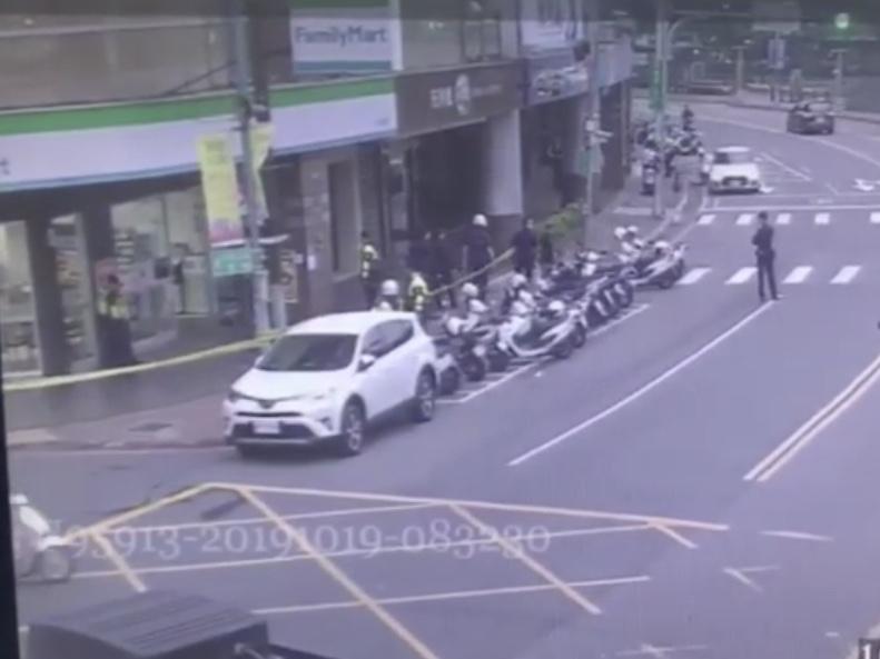 警方迅速抵達現場拉起封鎖線。記者巫鴻瑋/翻攝
