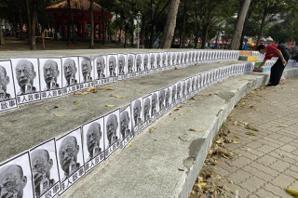 韓國瑜挺進台南遭鬧場 會場遍貼「尋人啟事」黑白照