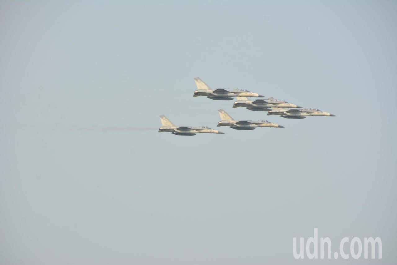 IDF經國號帶來精采的編隊衝場。記者黃宣翰/攝影