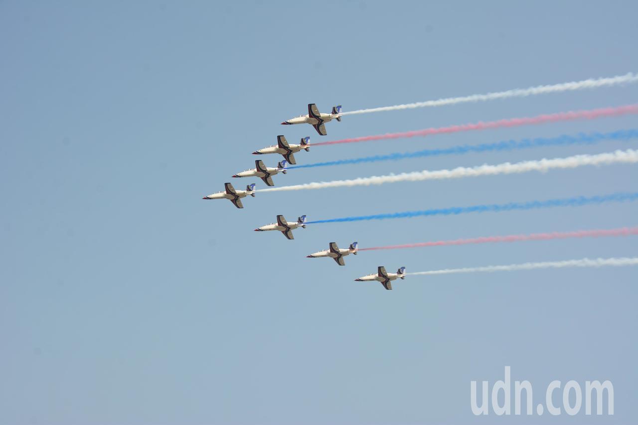 7架雷虎小組戰機,編隊低空飛行。記者黃宣翰/攝影