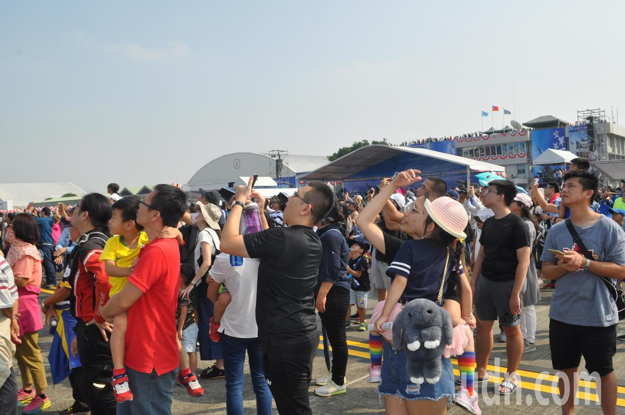 民眾紛紛拿出手機或是相機拍下精彩的戰機表演。記者黃宣翰/攝影