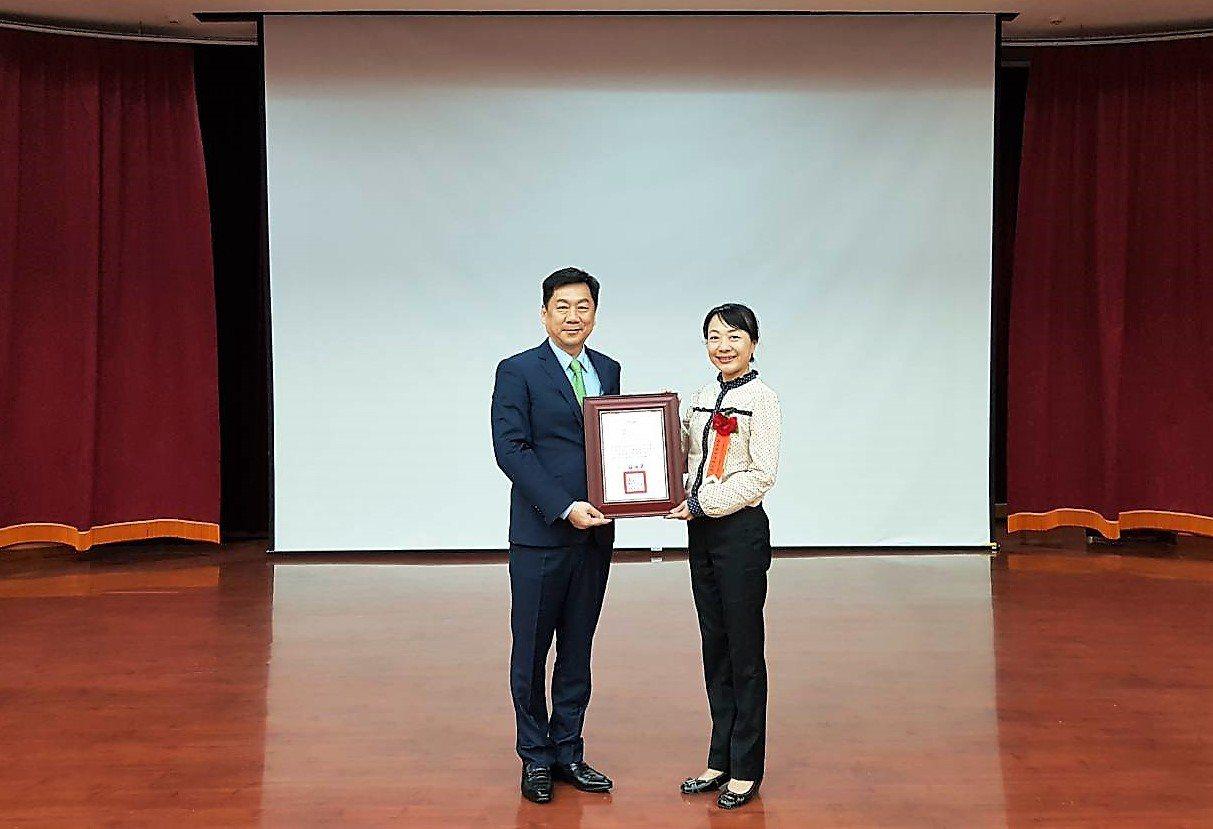 內政部政務次長陳宗彥(左)頒獎給中埔鄉長李碧菁。記者卜敏正/翻攝