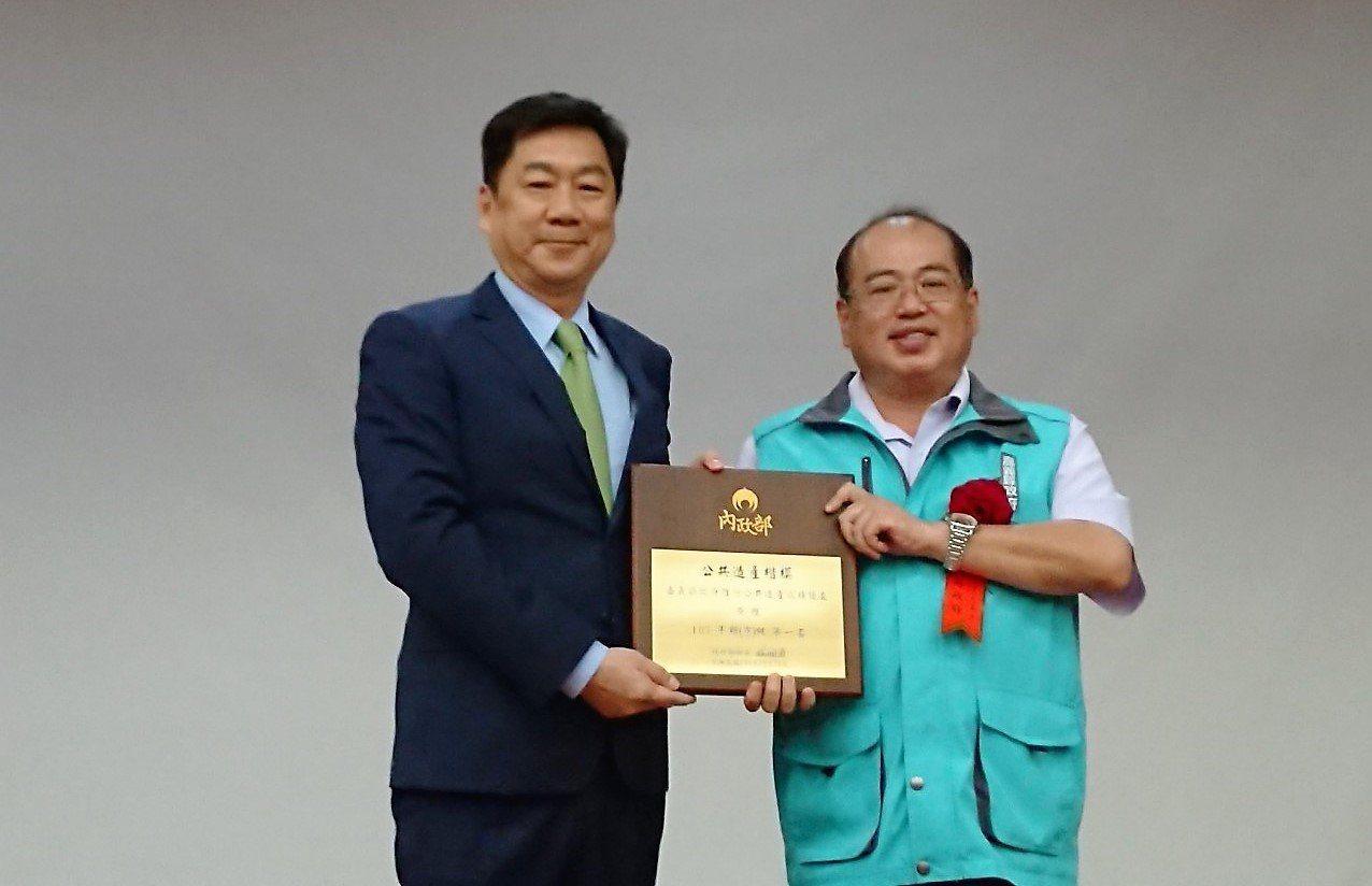 內政部政務次長陳宗彥(左),頒獎給嘉義縣民政處長楊健人。記者卜敏正/翻攝