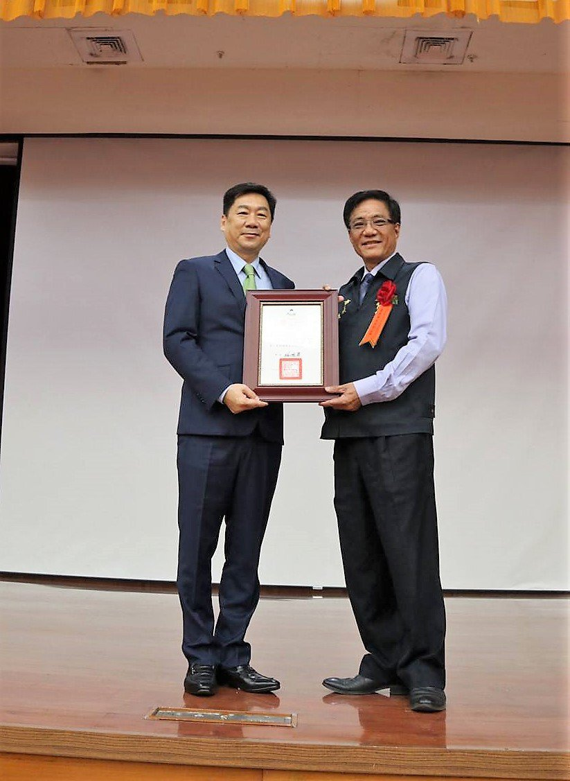 內政部政務次長陳宗彥(左),頒獎給太保市長黃榮利。記者卜敏正/翻攝