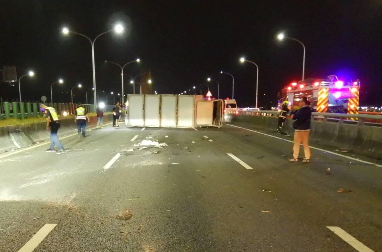 大貨車遭後方酒駕的休旅車追撞,造成大貨車90度翻覆,佔據三車道。圖/民眾提供