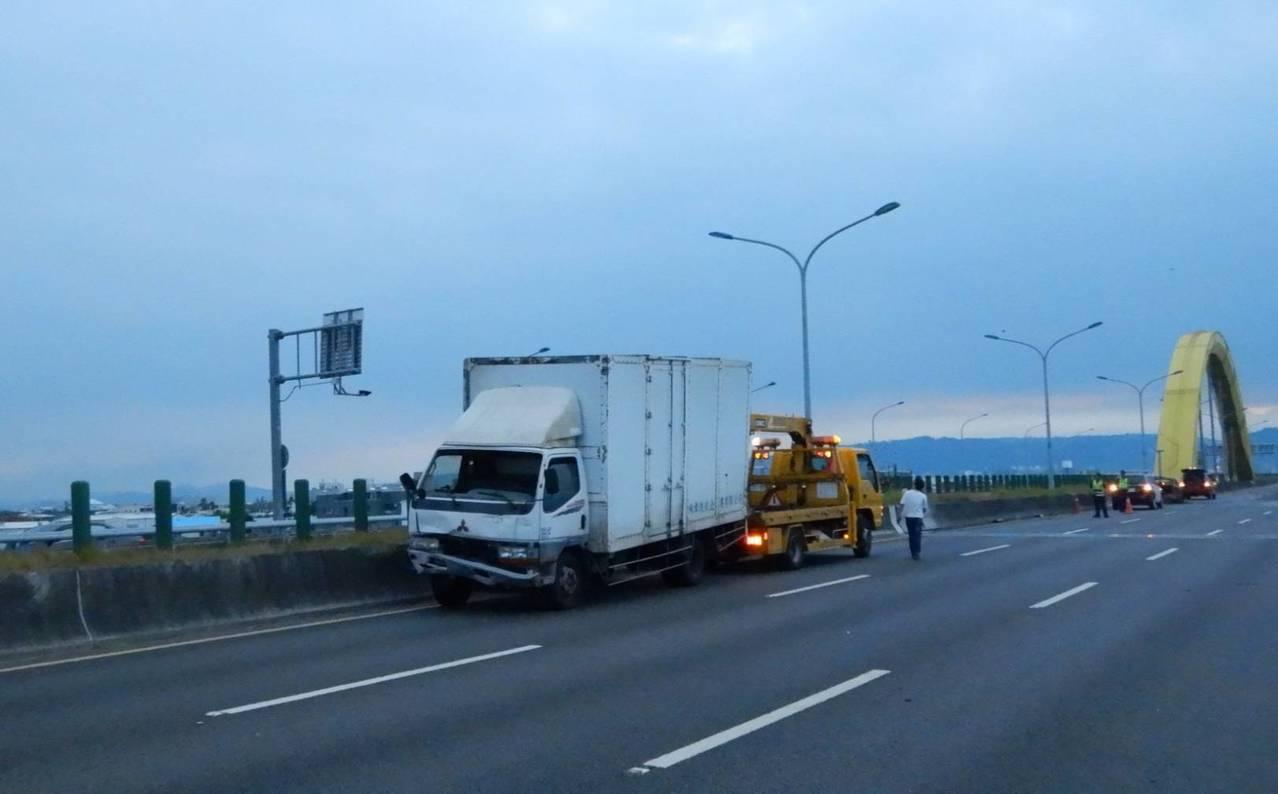 拖吊車趕緊將大貨車拖吊到旁邊車道,讓後方車輛得以通行。圖/民眾提供