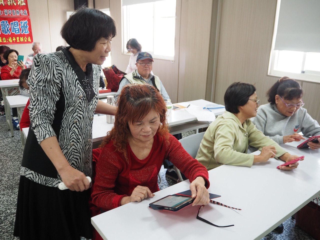 圖為長青學苑手機課。本報資料照片