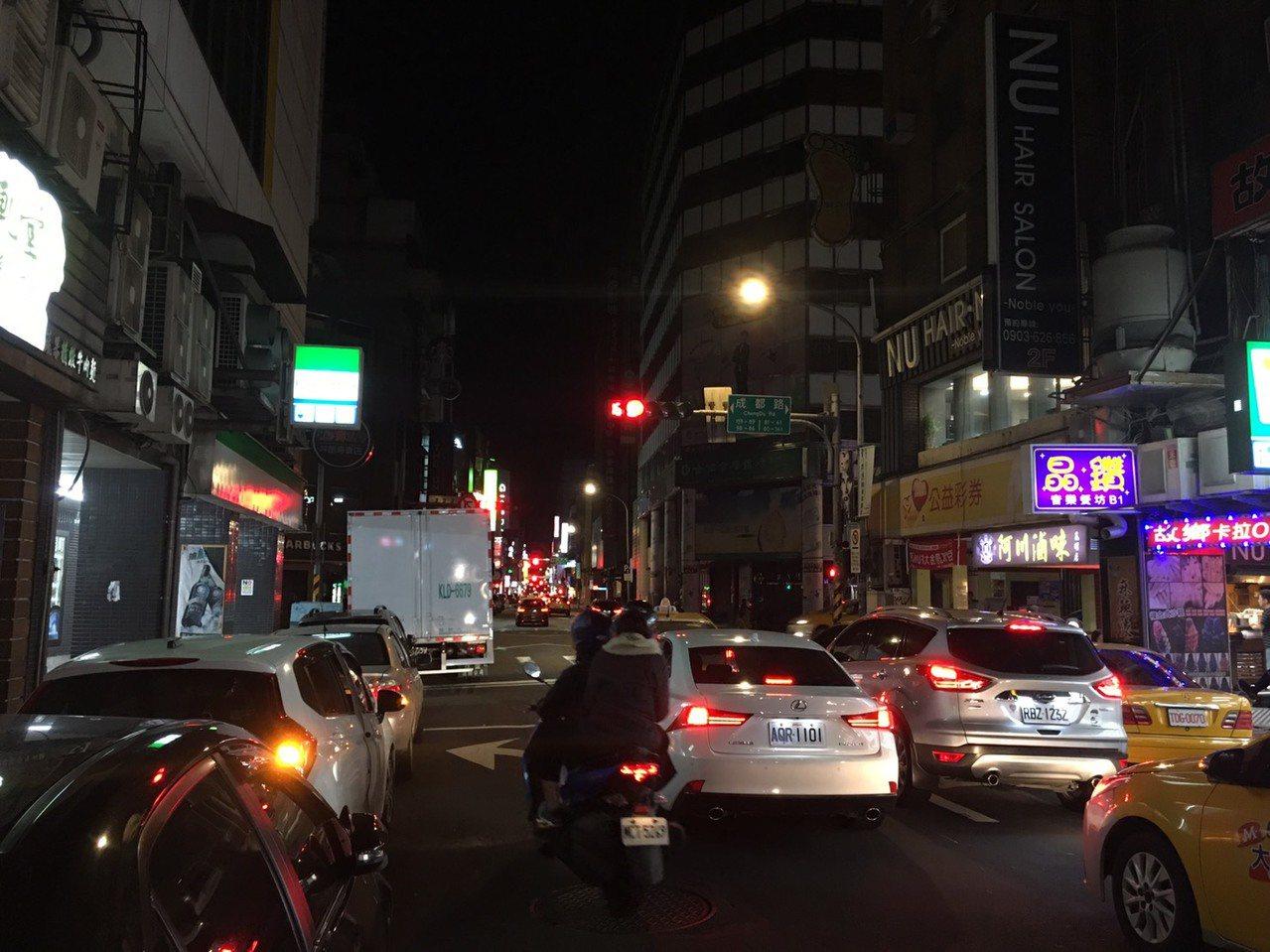 台北市1名黃姓男子日前在萬華區昆明街上遭楊姓男子等6人圍毆。記者李隆揆/攝影