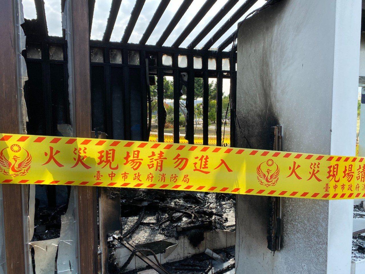 台中市清水區牛埔公園公廁的女廁今天發生火警,現場圍起封鎖線調查起火原因。記者游振...