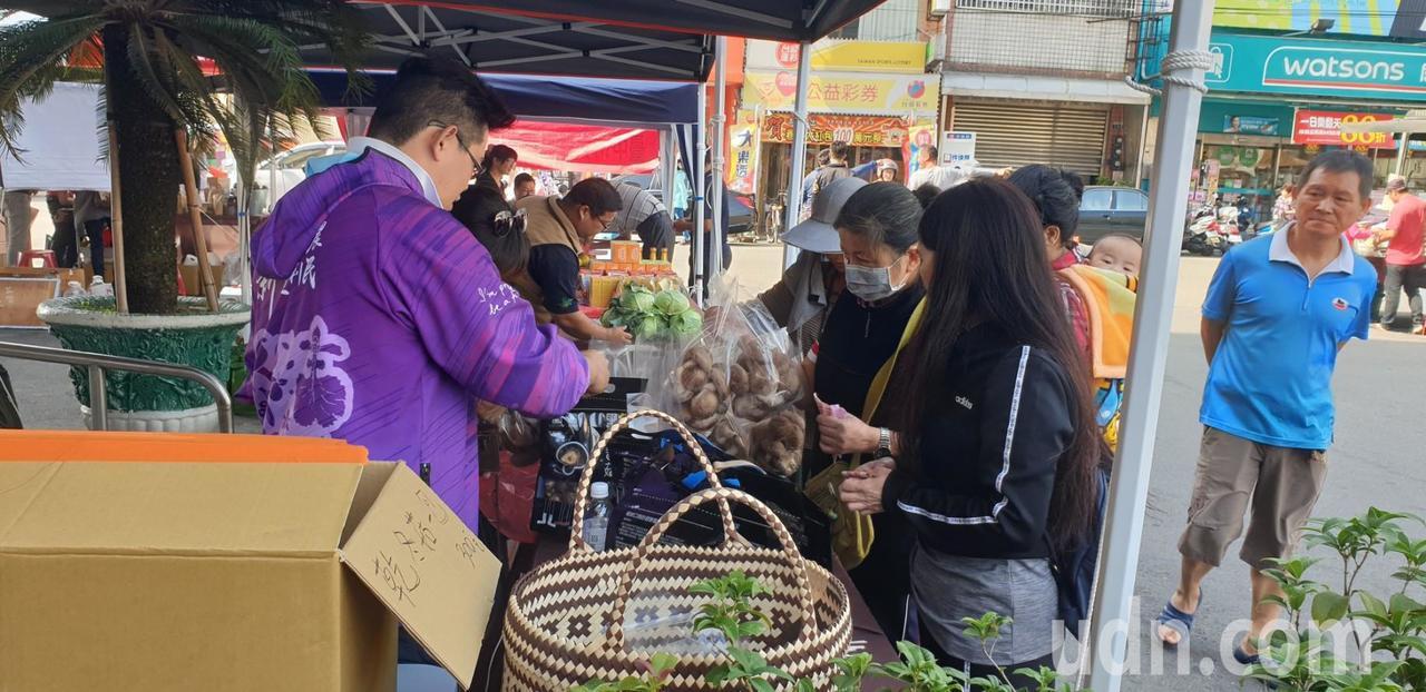 台中市大雅區農會前的青農農夫市集今天開幕。記者游振昇/攝影