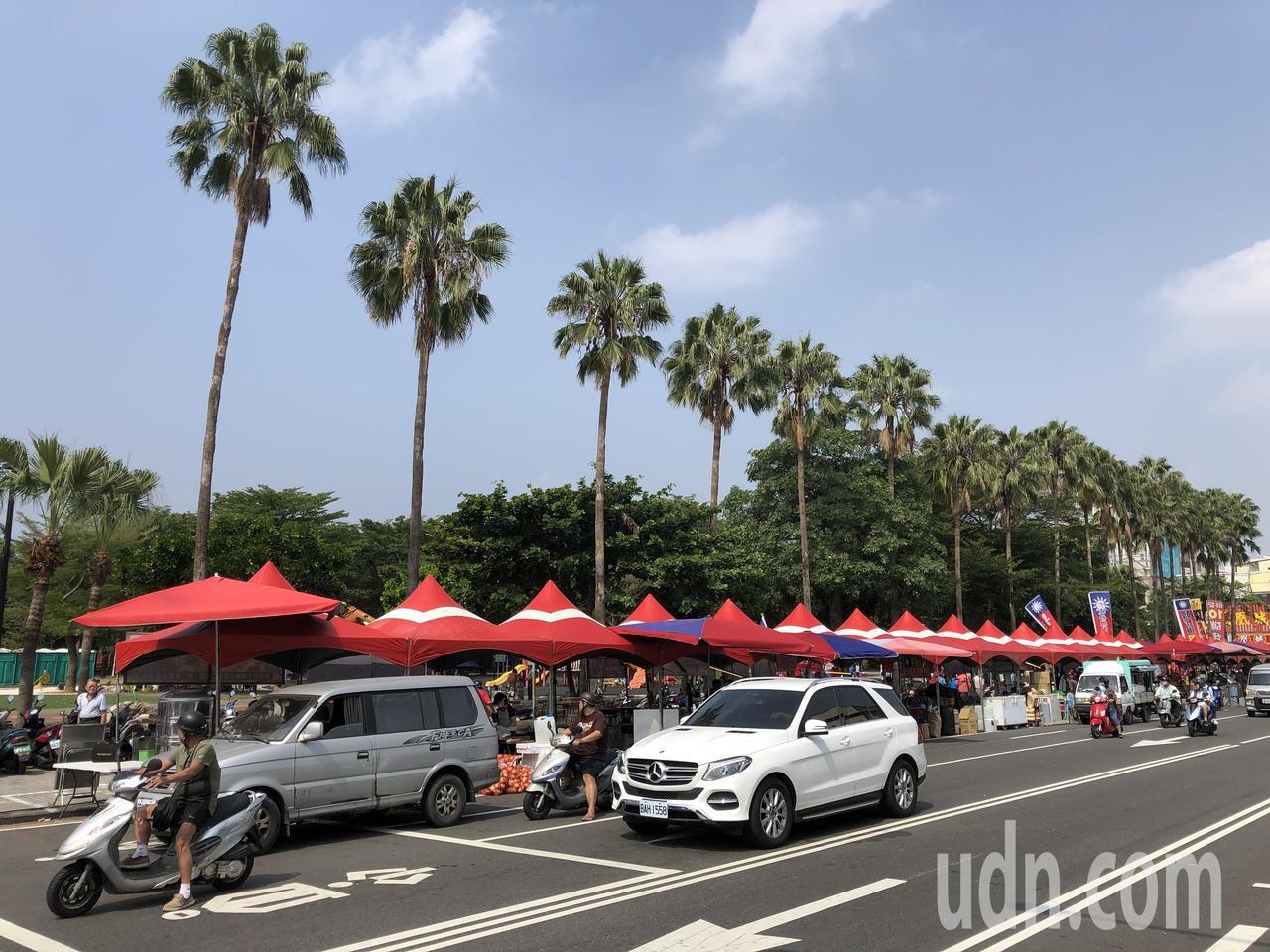 韓國瑜台南造勢會場,遭民眾投訴夏林路等路段停車格等均被畫入活動範圍且人行道也擺設...