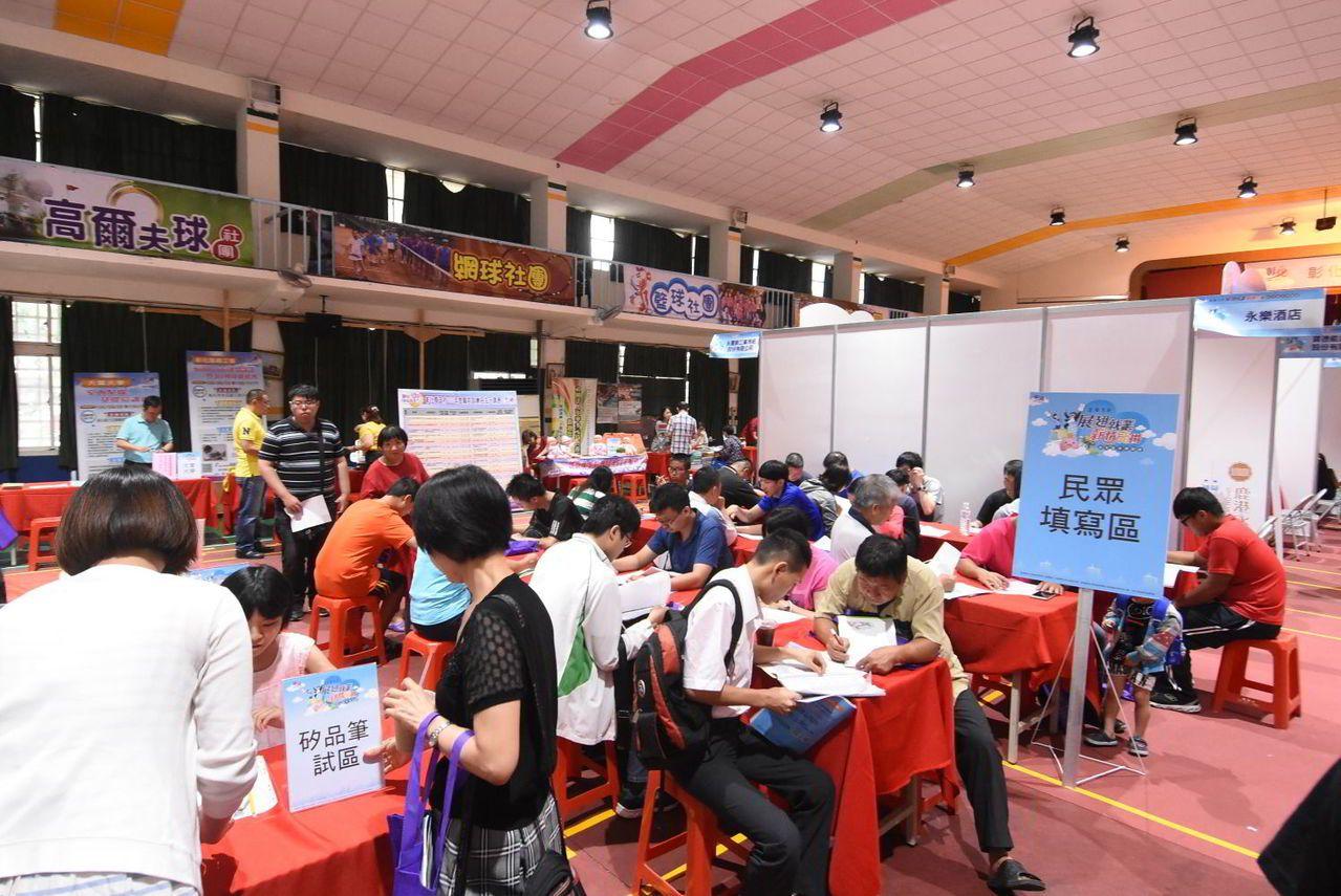 彰化縣政府舉辦的就業博覽會均吸引很多廠商求才、民眾求職,場面熱烈。資料照片/彰化...
