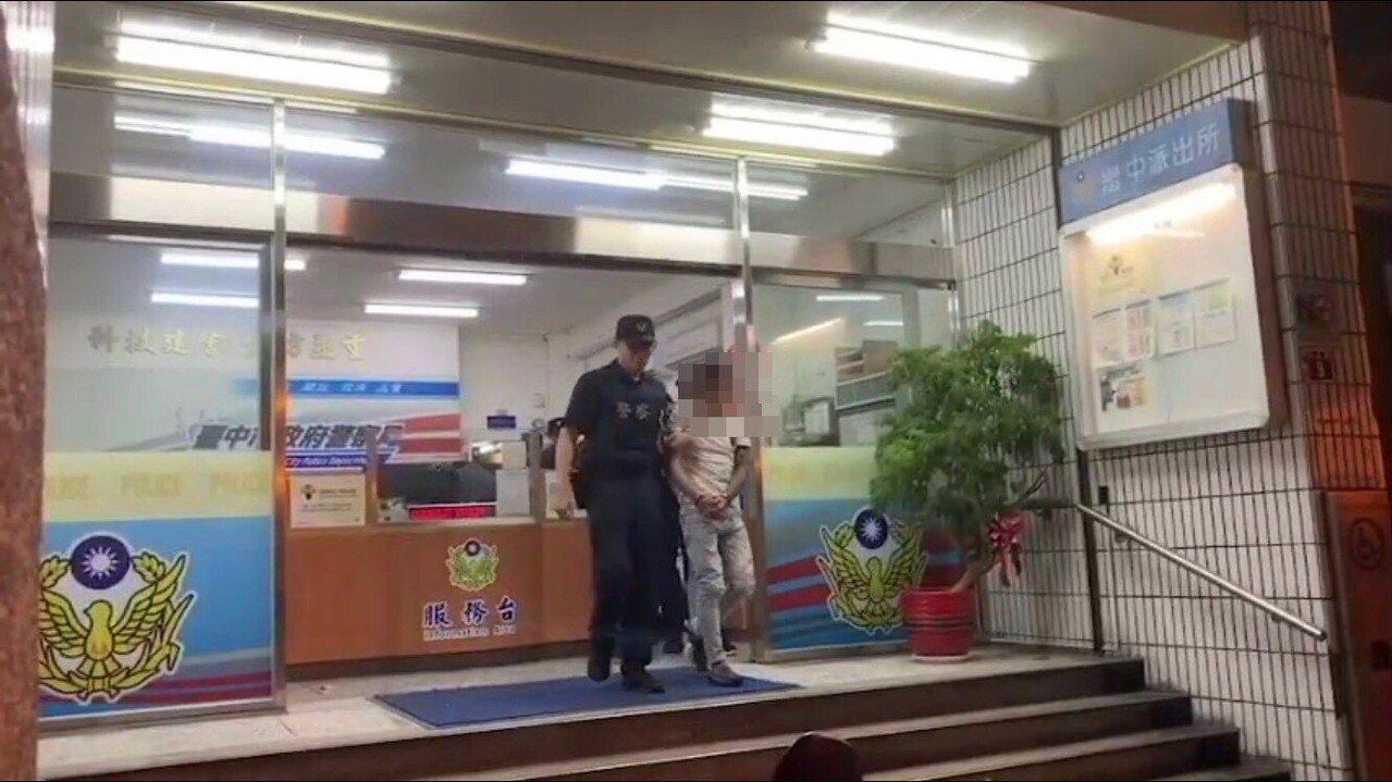 台中市警局第一分局掌握情資,在東協廣場逮捕10名逃逸移工。記者林佩均/翻攝