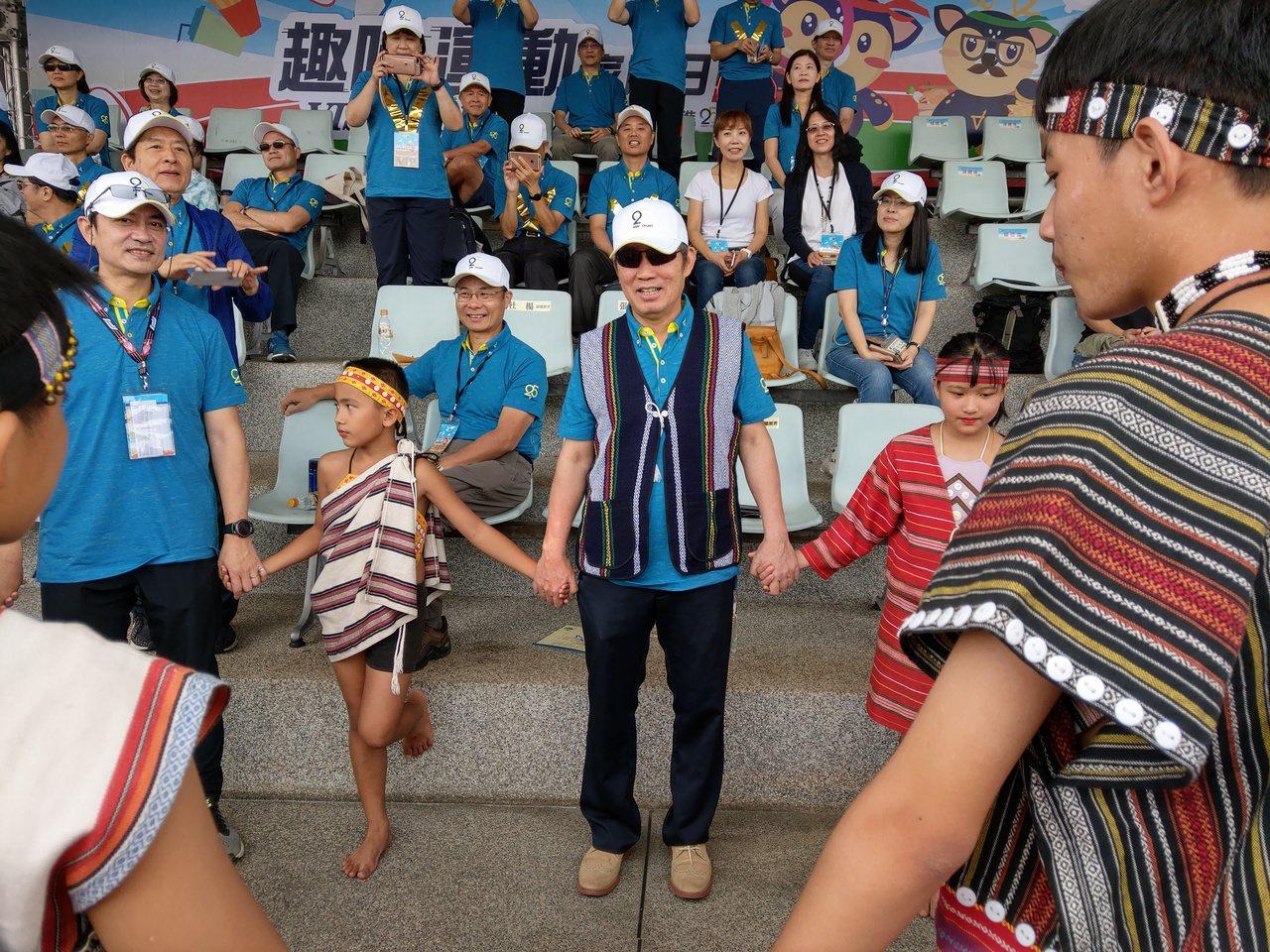 世界先進董事長方略在家庭日中與原住民小朋友同樂。記者黃晶琳/攝影