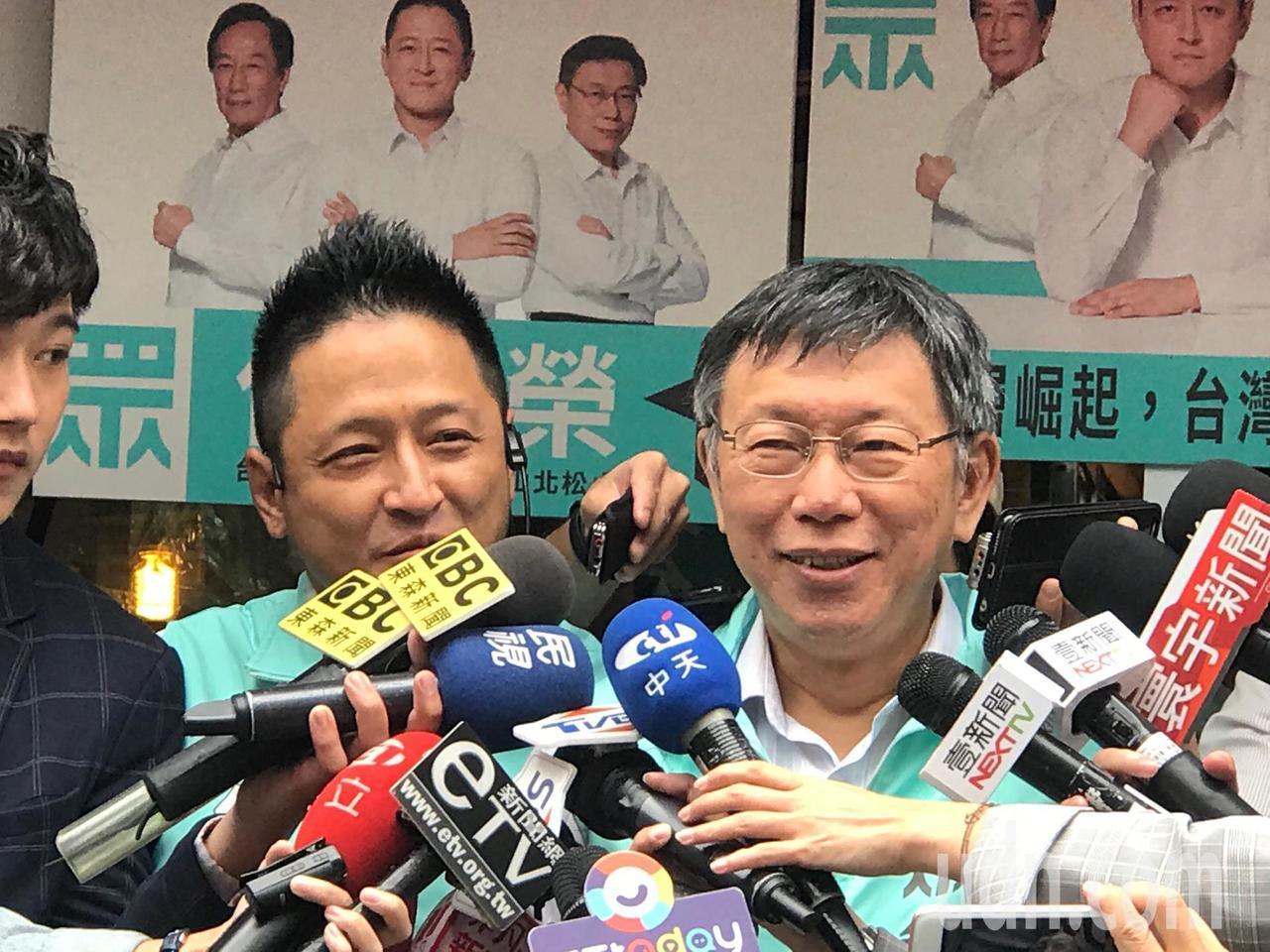 台北市長柯文哲上午陪民眾黨立委提名人何景榮掃街。記者楊正海/攝影