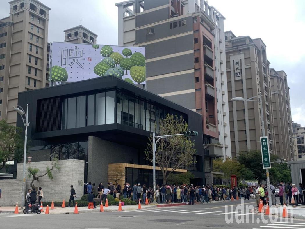 位於竹北科大二街的一處新建案,今天早上10點開賣,前一天清晨5點半就有民眾為了搶...