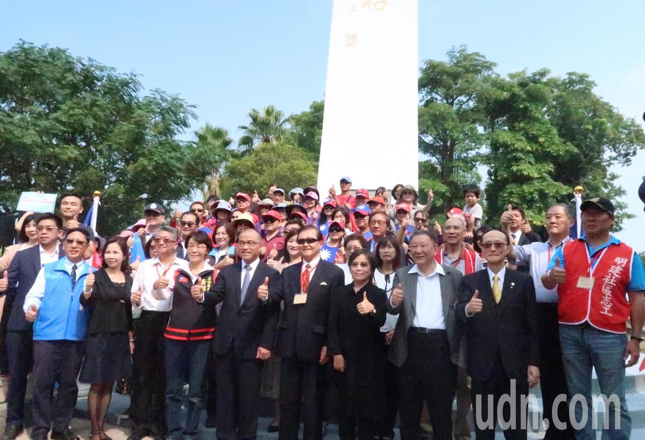 副市長葉匡時今天一早先到八六海戰紀念碑獻花,追思紀念向為國犧牲奉獻的100多名海...