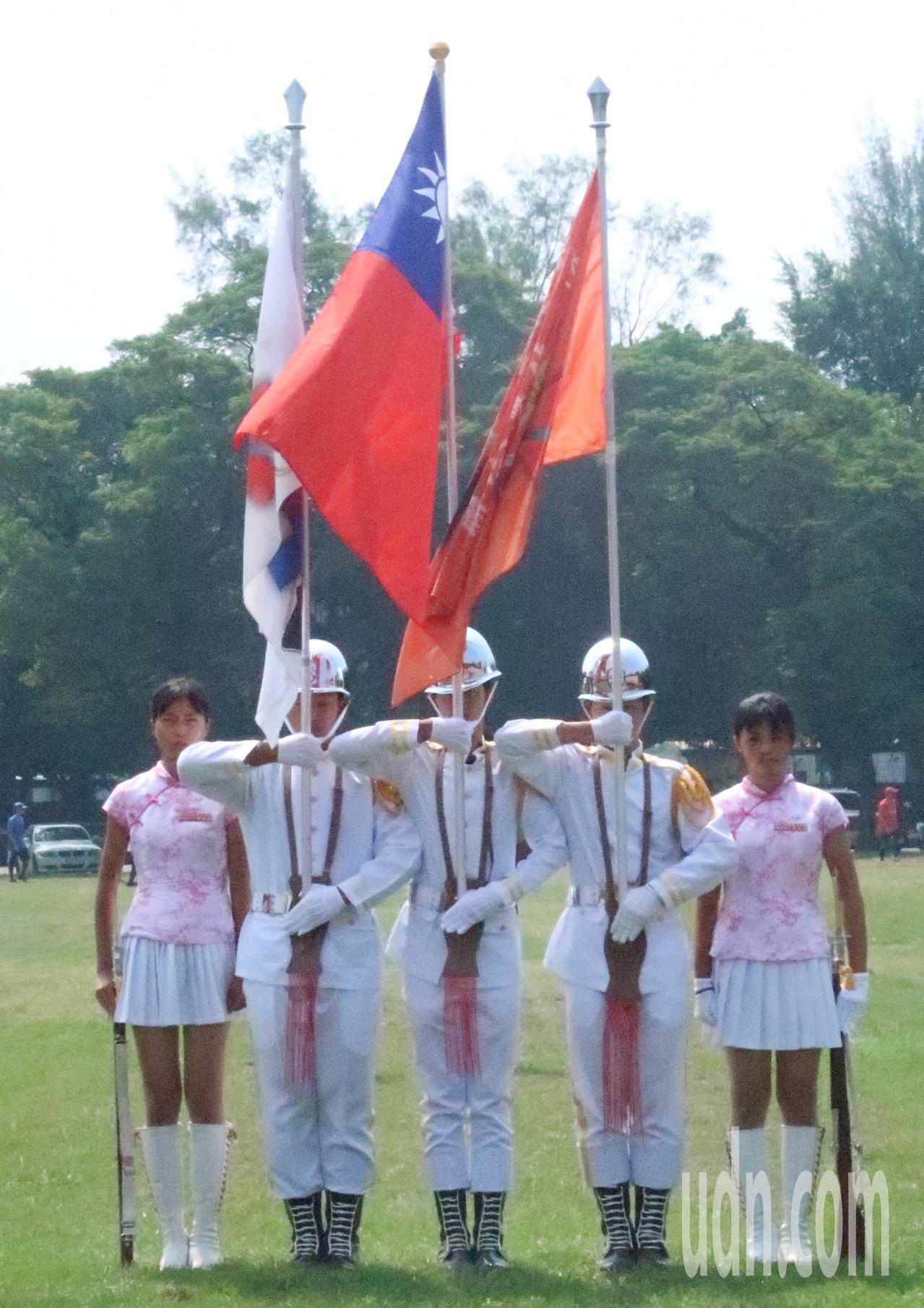 眷村嘉年華在海軍大操場揭幕,學生儀隊演出。記者徐如宜/攝影