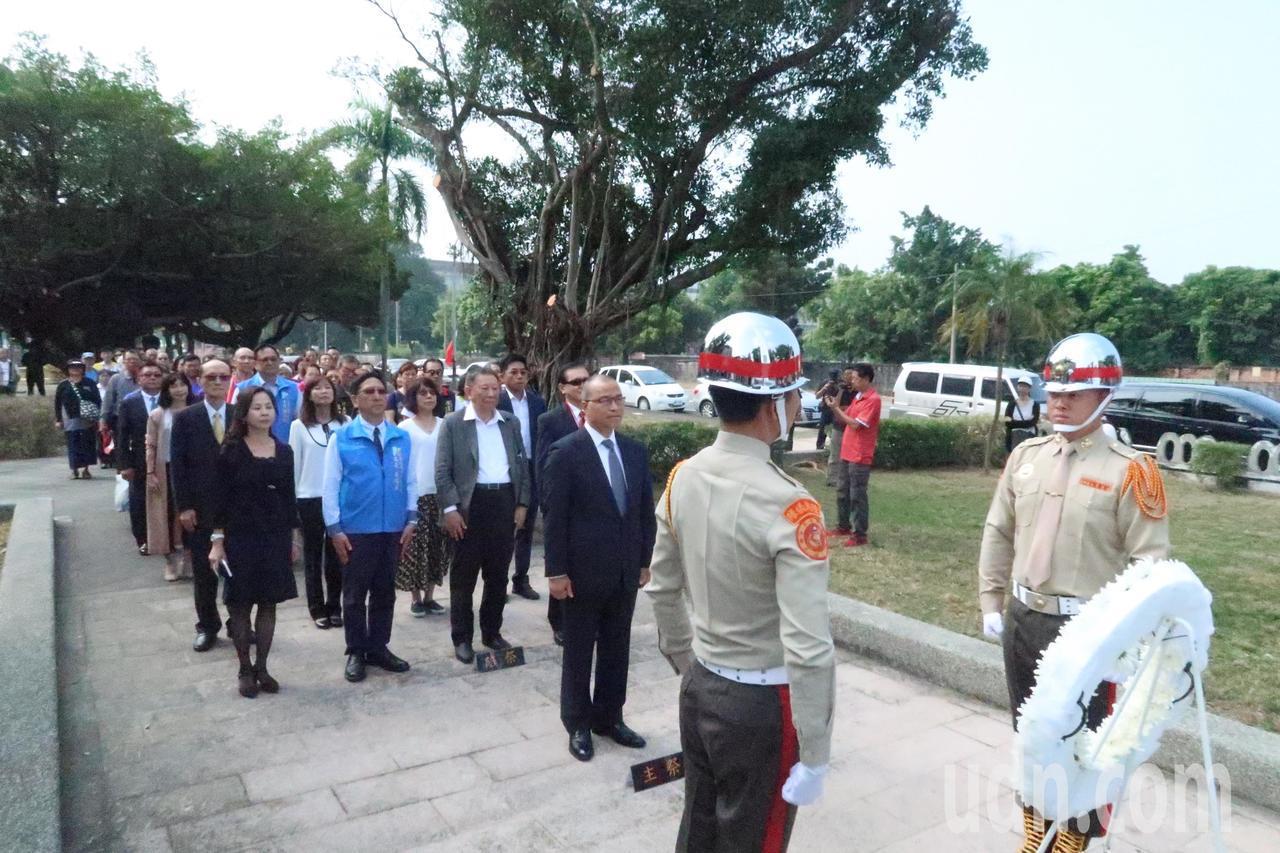 高雄市副市長葉匡時到八六海戰紀念碑獻花,追思紀念向為國犧牲奉獻的100多名海軍將...