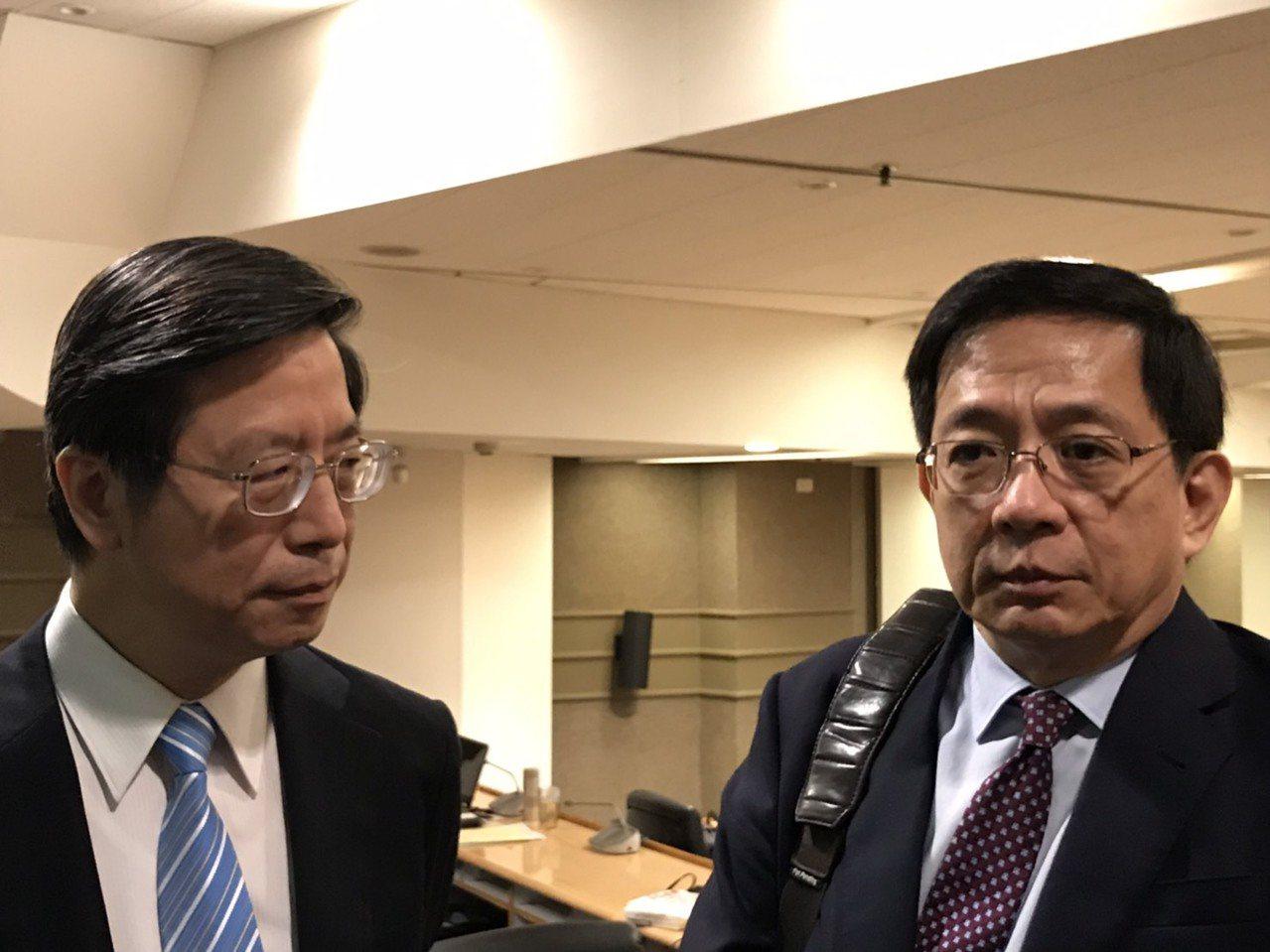 台大校長管中閔(右)與台大副校長張上淳(左)回應台大癌醫中心問題。記者潘乃欣/攝...