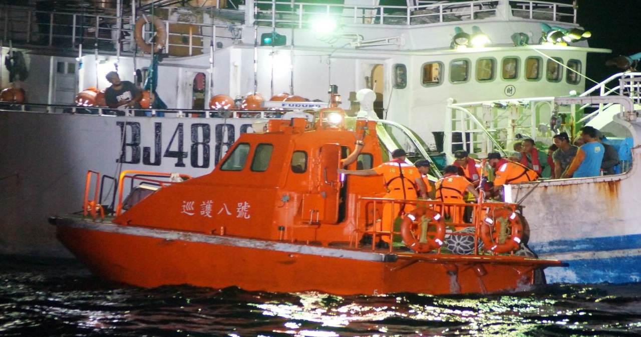 海巡署巡護八號小艇搶救中風的漁船洪姓船長。記者林保光/翻攝