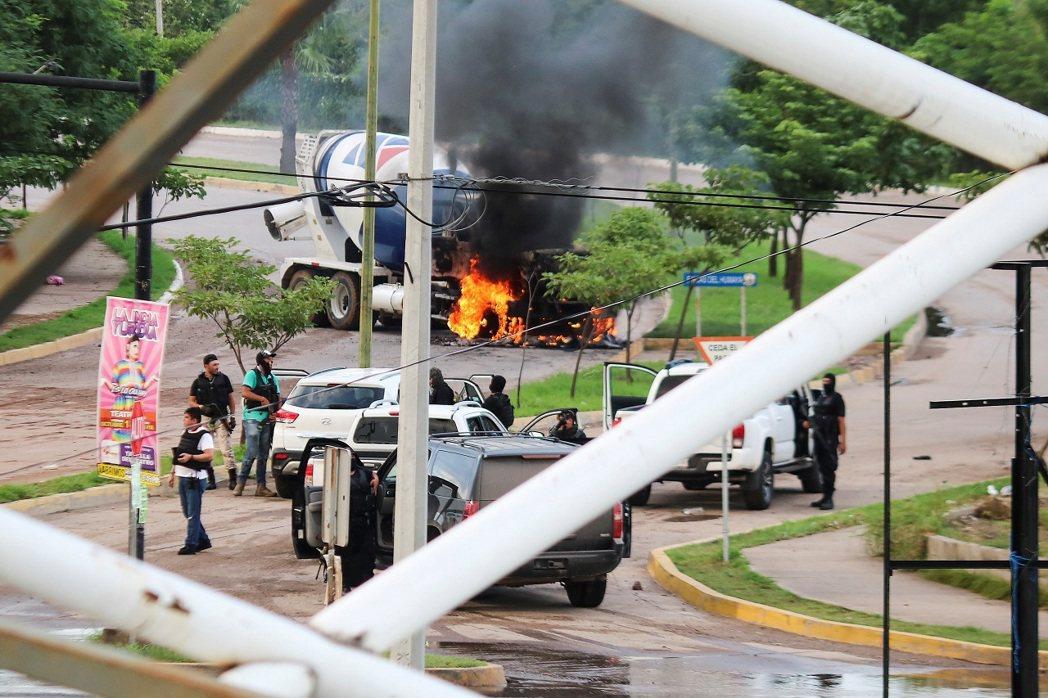 全副武裝的墨西哥販毒集團槍手17日出現在錫納羅亞州首府古里亞坎市街頭,就站在一輛...