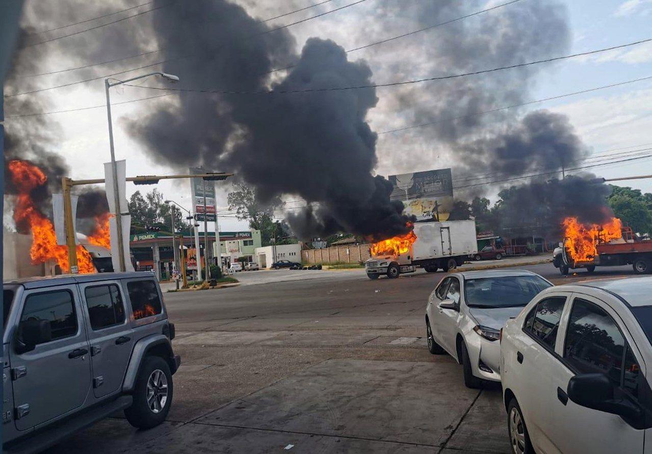 墨西哥錫納羅亞州首府古里亞坎市街頭17日化為戰場,軍警與販毒集團槍手激烈交火,全...
