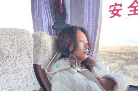 6年未發片的王瑞霞卯足全力,近來飛往大陸四川拍攝新歌「十月的香格里拉」MV,但因難抗所處環境帶來的不適,她高山症發作接受急救,「雙眼是矇的、心跳加速、頭痛發作、完全喘不過氣」,她緩緩道出當下的驚險情...