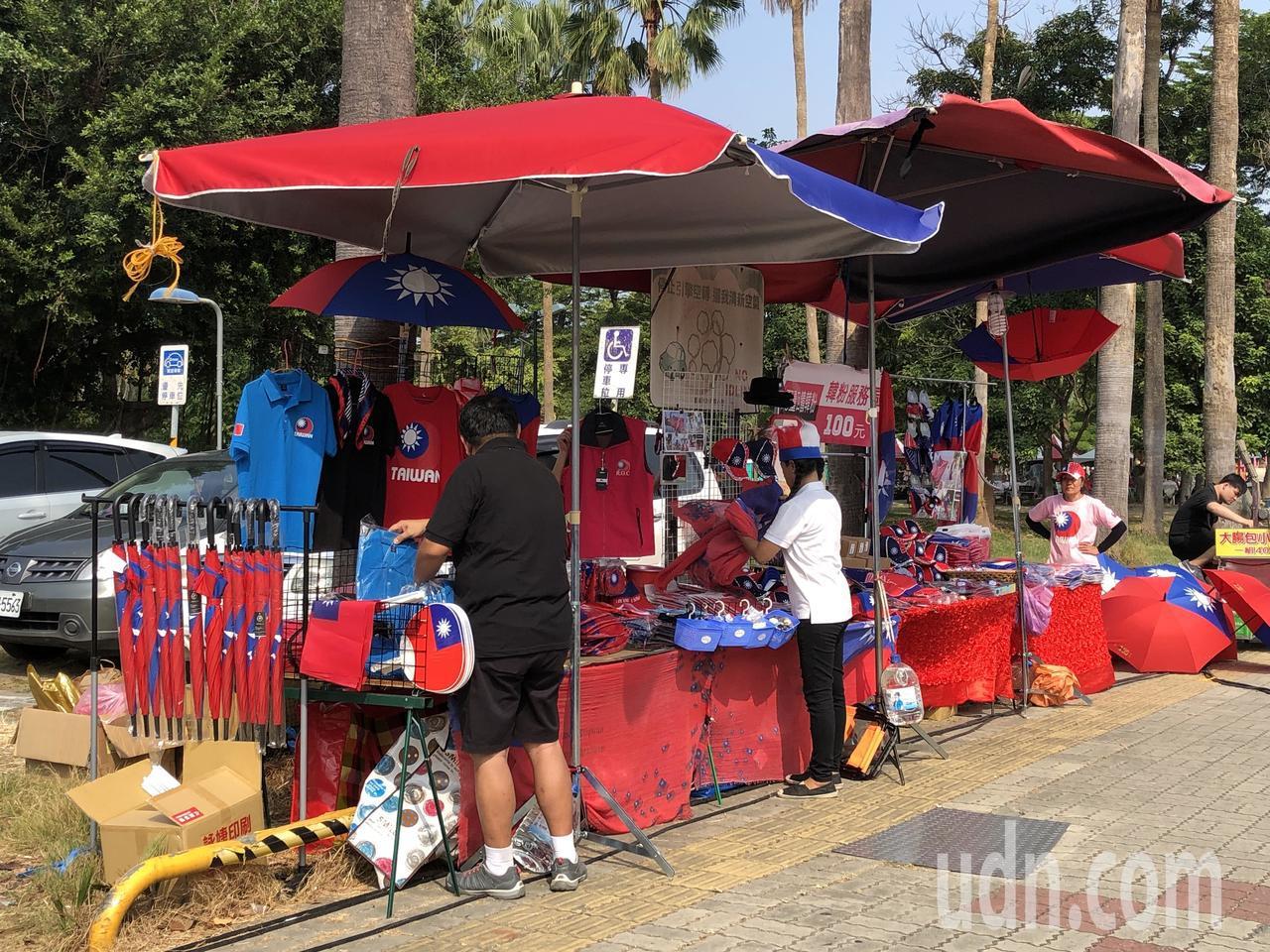 今天的水萍塭公園很不一樣,播放國歌,隨處高掛國旗,周遭攤位販售國旗元素形形色色商...