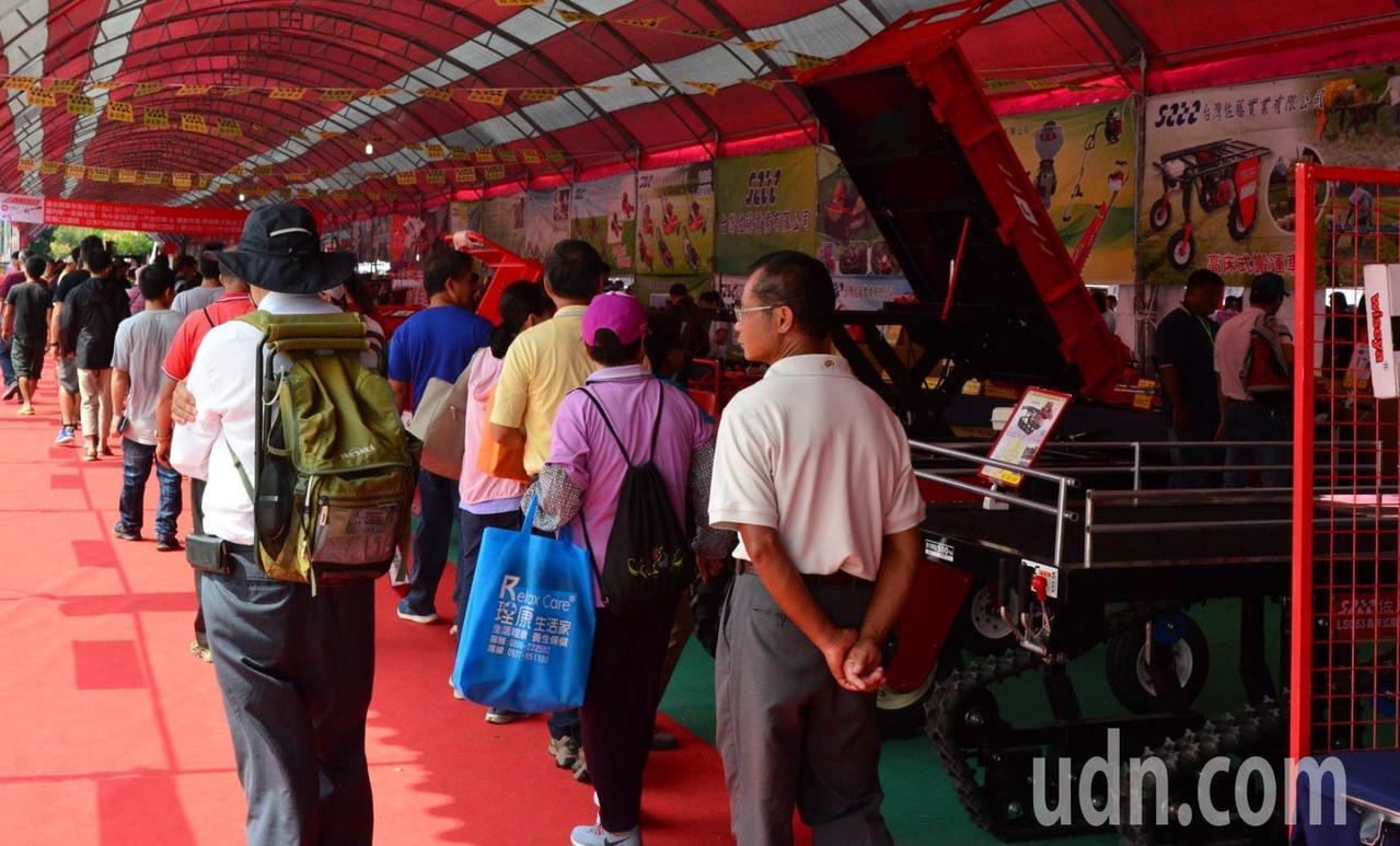 雲林國際農機展一早就吸引人潮參觀。記者蔡維斌/攝影