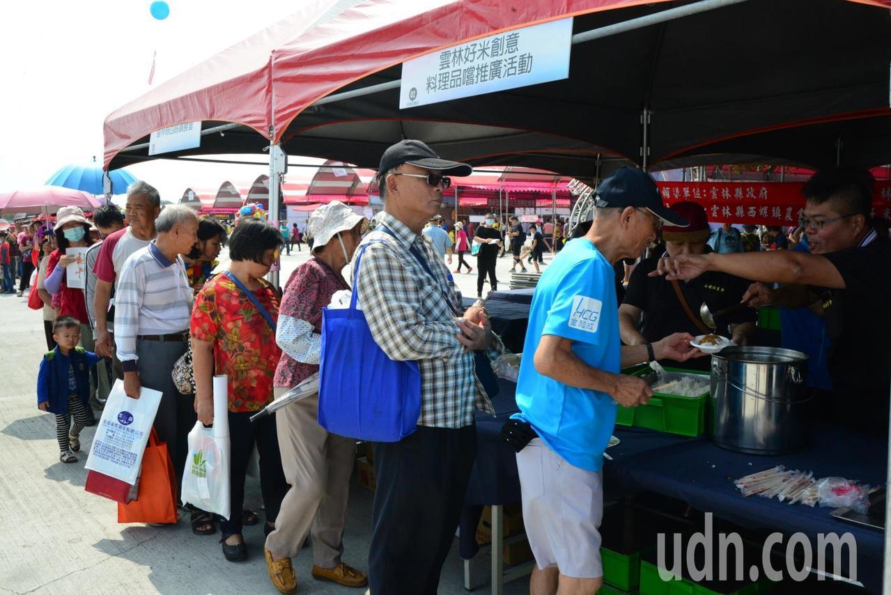 雲林國際農機展縣府提供好吃的滷肉飯,引人潮排隊品嘗。記者蔡維斌/攝影