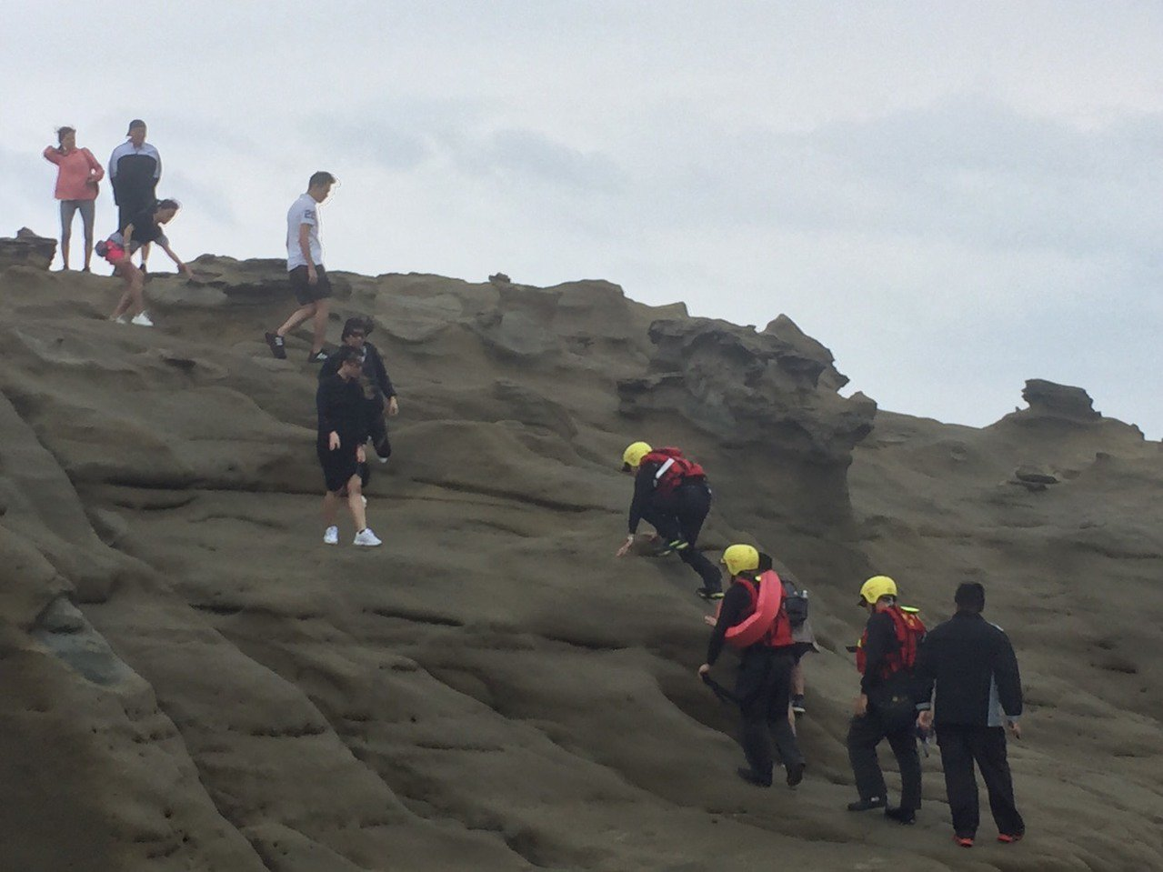 為維護遊客安全,消防局、岸巡及觀光旅遊局將加強象鼻岩巡邏密度,每天上下午均排有人...