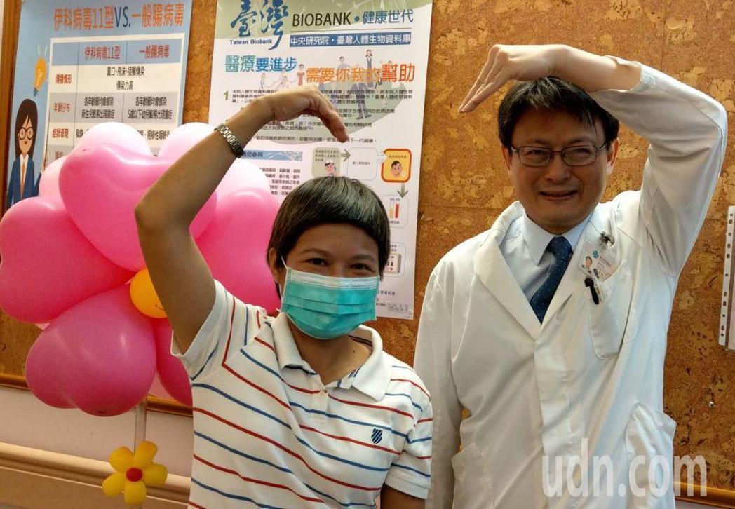 陳小姐(左)今天分享抗癌心得,她感謝醫師呂建興(右)給她的建議與希望,讓她積極抗...