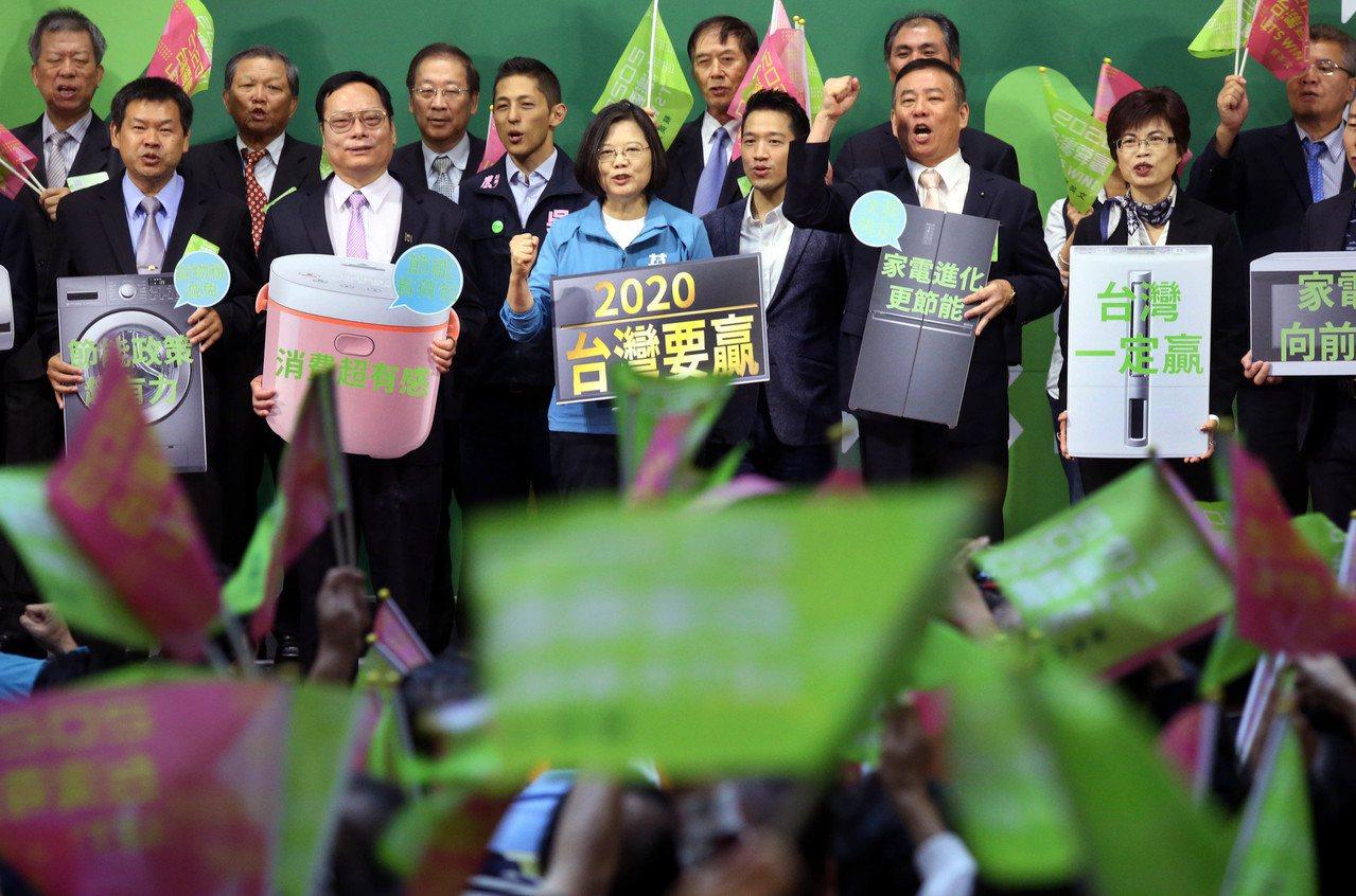 蔡英文總統上午出席全國電器業界後援會成大大會,現場「台灣要贏」「凍蒜」歡呼不斷。...