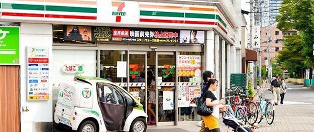 日本便利商店提供食物外送到府的送餐服務,部分日本便利商店店員還得身兼美食外送員。...