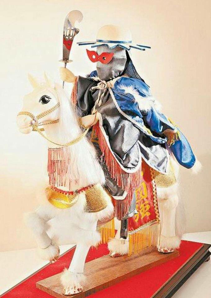 嘉義市7-11超商店長高基榮是古物、公仔迷,其中最珍貴公仔是他花7萬多元取得的布...