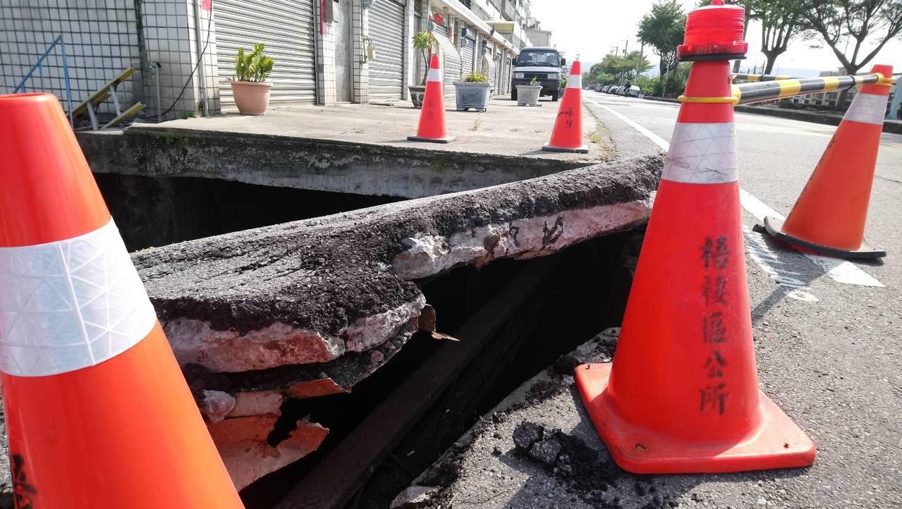台中市梧棲大排旁路面出現大坑洞,居民說反應已久,至今未處理。記者游振昇/翻攝