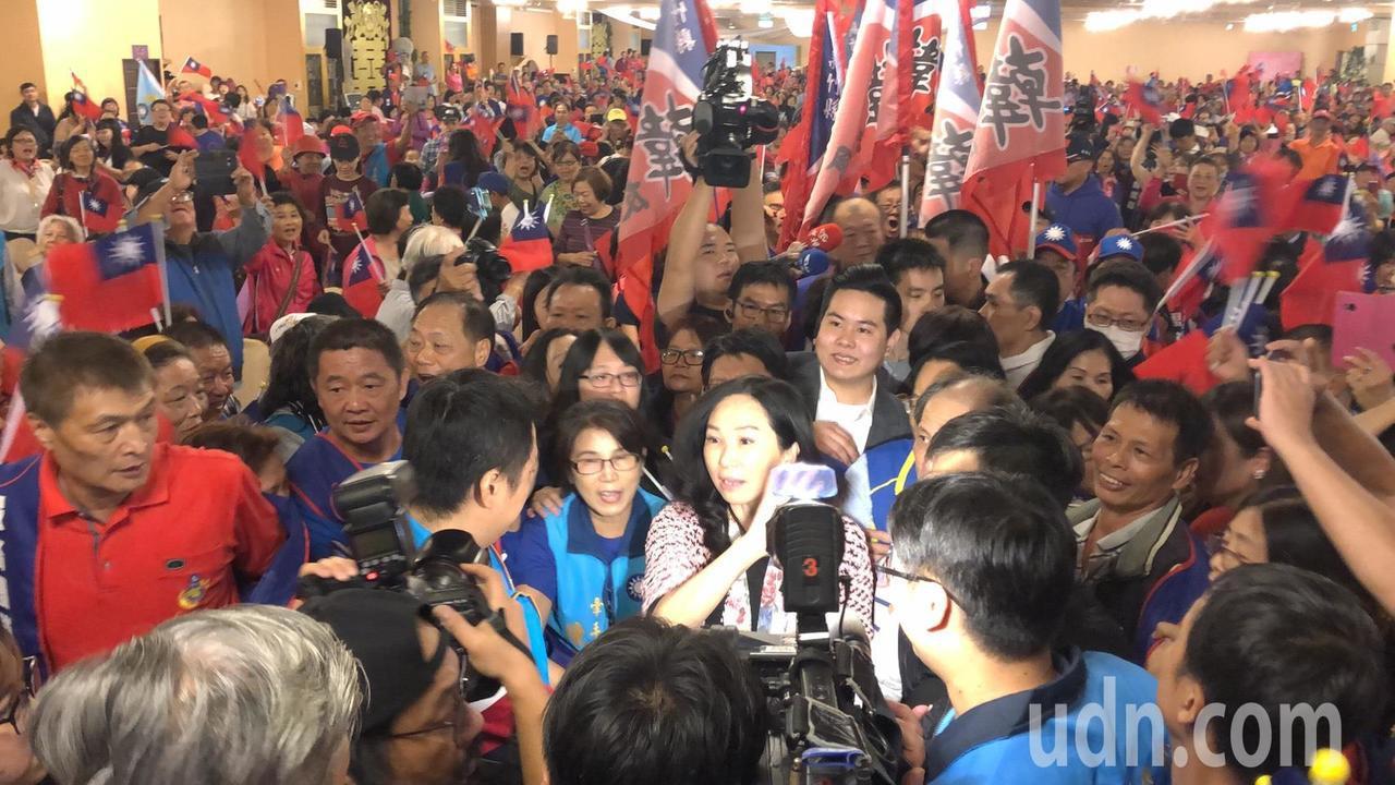 李佳芬今天一到現場就受到支持者熱烈歡迎,現場國旗海飄揚,被擠得水洩不通。記者王駿...